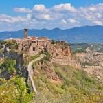 Vanhan tulivuoren päälle rakennettu italialainen kylä murenee reunoiltaan pala palalta
